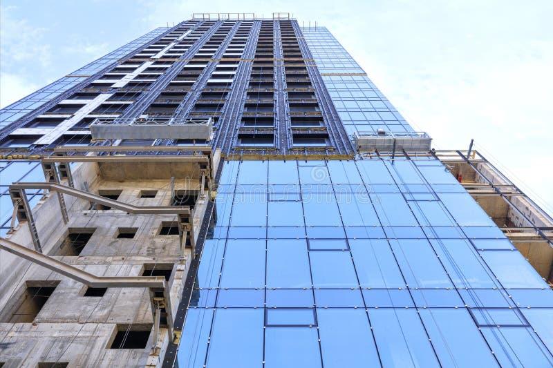 Renovação e reconstrução da fachada de uma construção residencial moderna fotos de stock royalty free