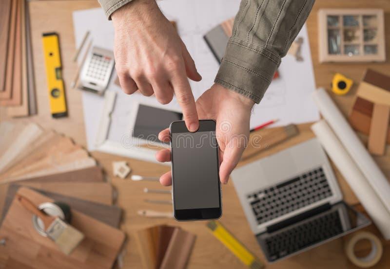 Renovación casera app con el teléfono móvil fotos de archivo