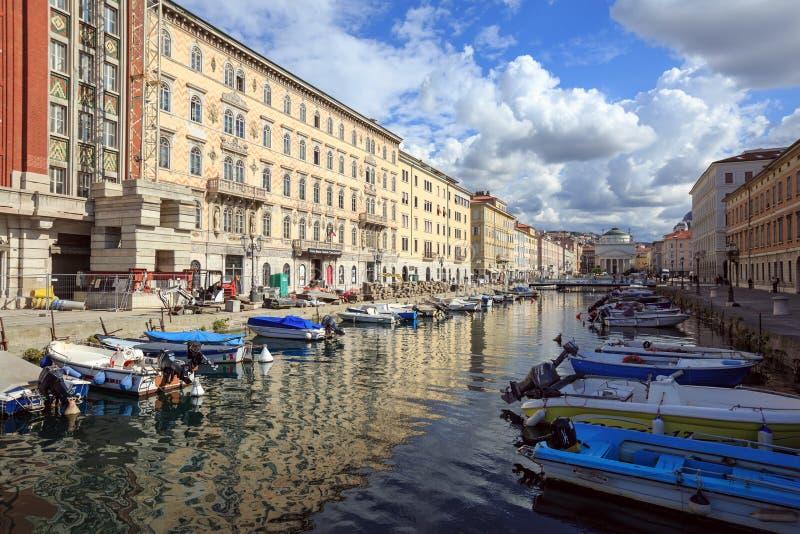 Renovación del terraplén del Canale grande cerca del palacio de Gopcevich Trieste, Italia foto de archivo libre de regalías