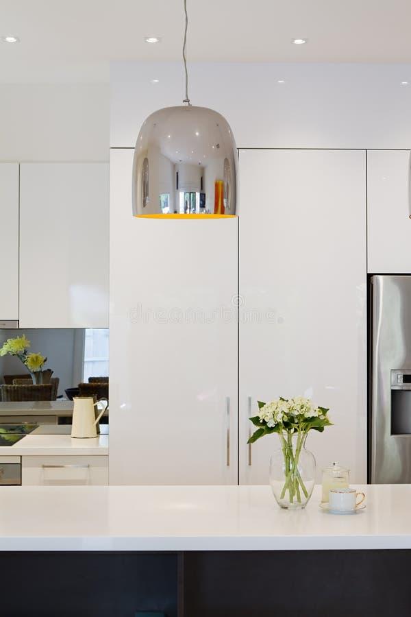 Renovación moderna de la cocina con la luz del colgante del cromo imágenes de archivo libres de regalías