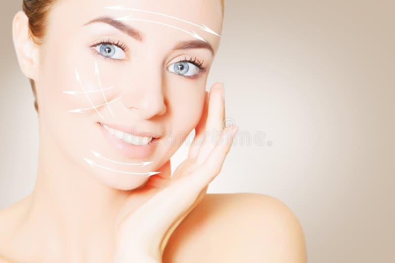 Renovando a pele Retrato da cara da mulher com marcas de levantamento imagem de stock