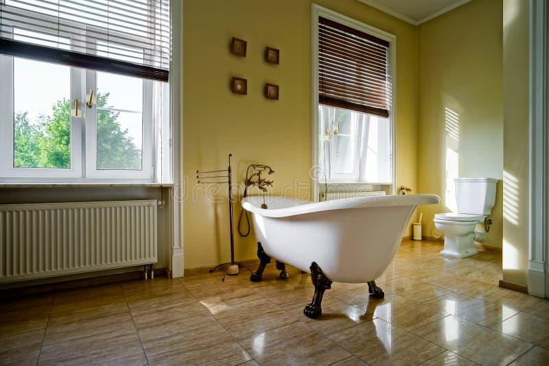 Renovated velho-denominou o banheiro com banho retro bonito fotos de stock royalty free