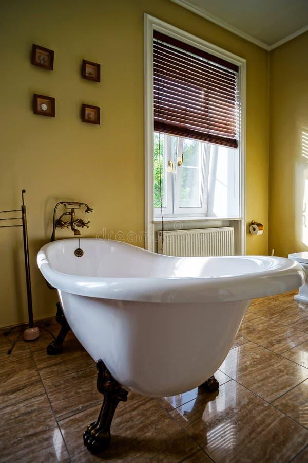 Renovated velho-denominou o banheiro com banho retro bonito foto de stock royalty free