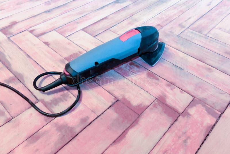 Renovator - το πολυσύνθετο εργαλείο βρίσκεται στο πάτωμα στοκ εικόνες