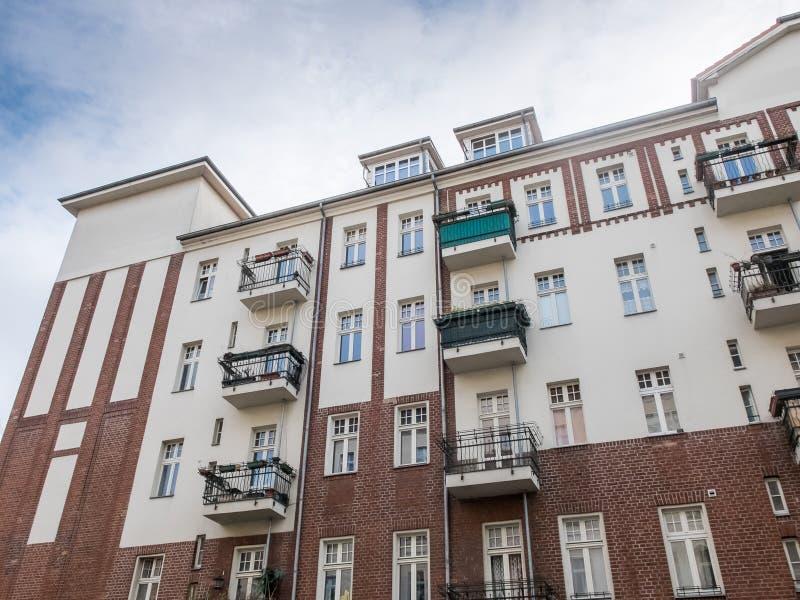 Renoverad hyreshus med små balkonger arkivbild