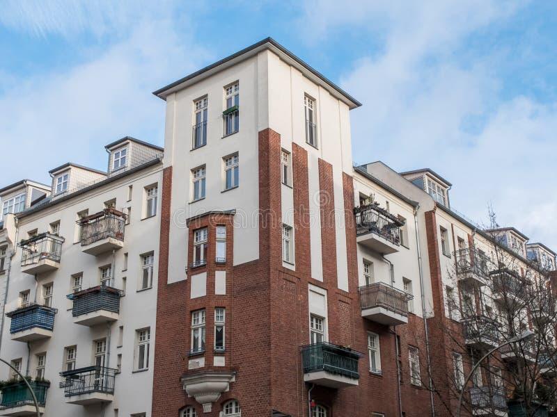 Renoverad hyreshus med små balkonger arkivfoton