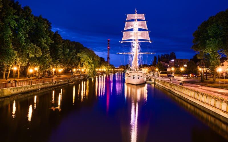 Renoverat Klaipeda stadssymbol - skepp Meridianas arkivfoto