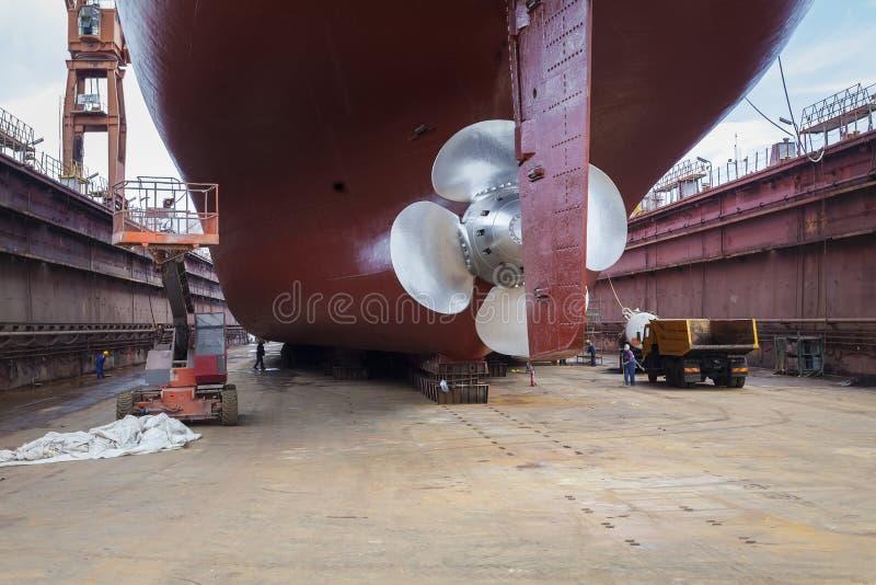 Renoverat skepp i torr skeppsdocka arkivbilder