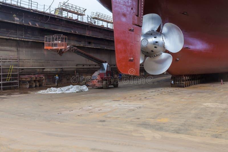 Renoverat skepp i torr skeppsdocka fotografering för bildbyråer