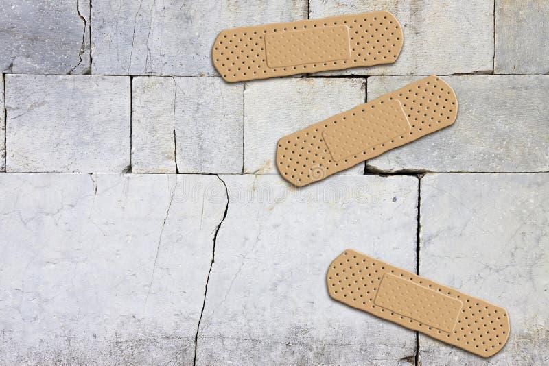Renovering av en gammal bild för begrepp för stenvägg med självhäftande förbud arkivfoton