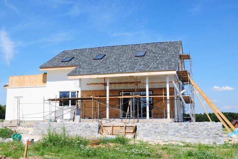 Renoveringhuset med asfalt överlappar att taklägga konstruktion som målar väggen, stuckaturen, väggreparationen, isolering, loftt royaltyfri fotografi