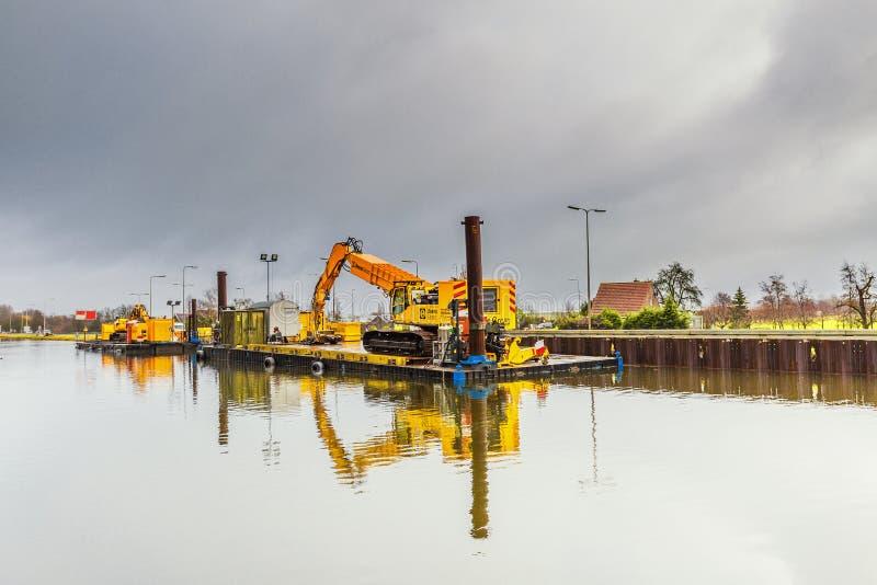 Renovierung der Kanalbänke und nachhaltiger Ausbau mit Stahlblechstapeln lizenzfreie stockfotos