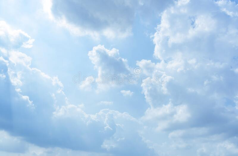 Rensa blå himmelbakgrund, moln med bakgrund arkivfoto