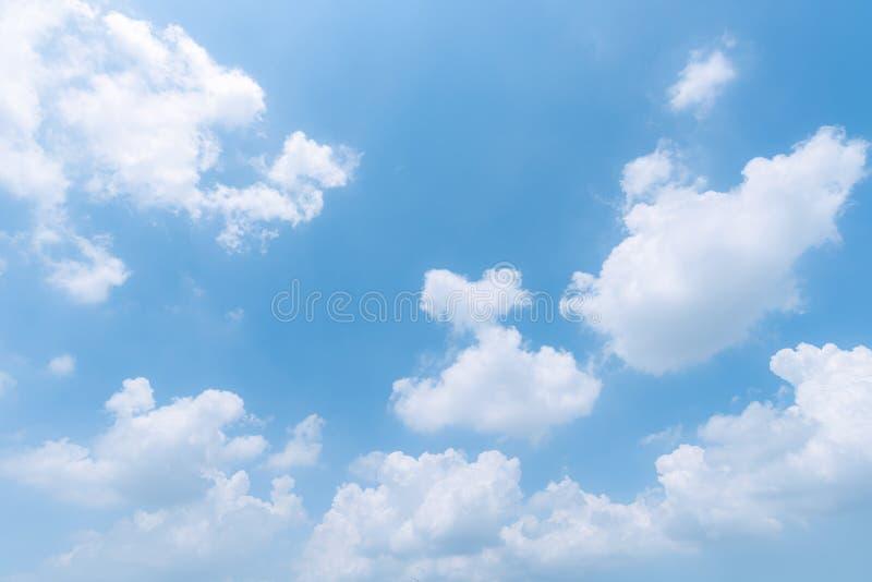 Rensa blå himmelbakgrund, moln med bakgrund royaltyfri foto