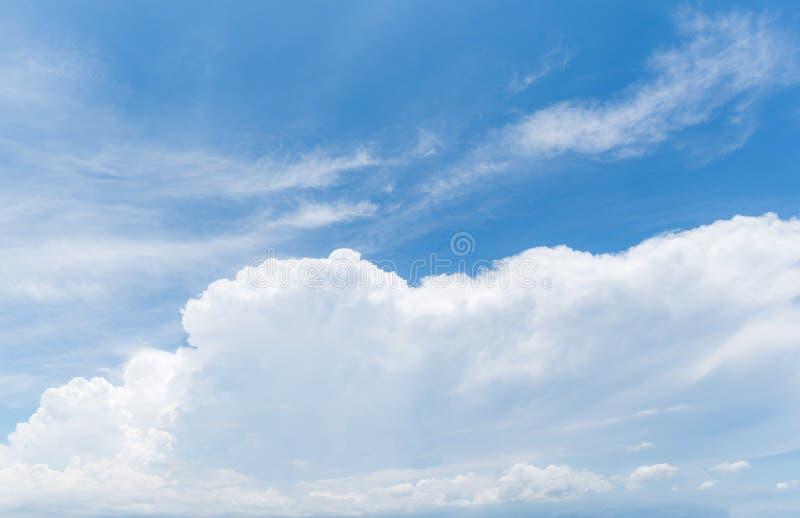 Rensa blå himmelbakgrund, moln med bakgrund fotografering för bildbyråer