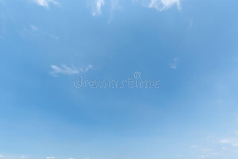 Rensa blå himmelbakgrund, moln med bakgrund arkivfoton