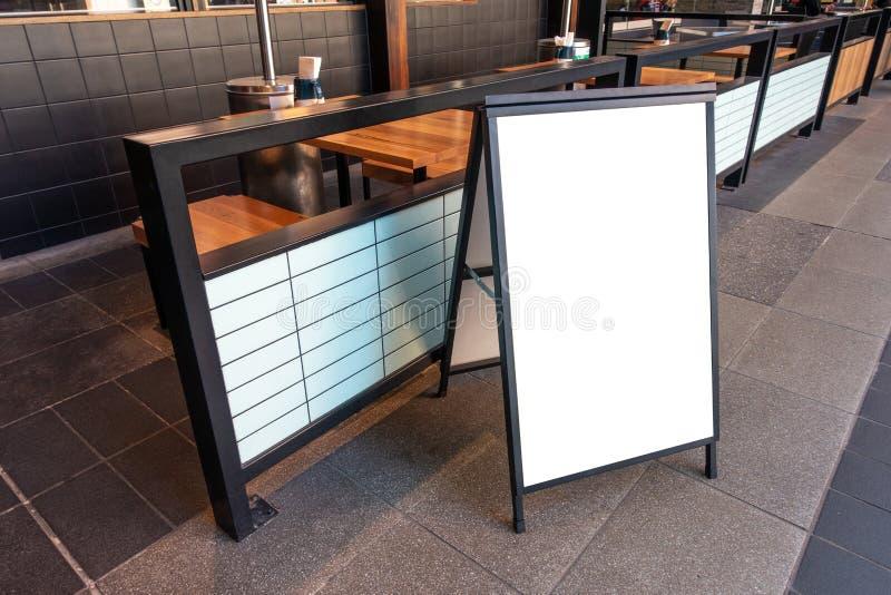 Rensa skylt för gatuskyltar som placeras av en restaurang utomhus royaltyfria bilder