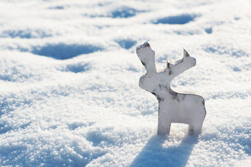Renstatyett som göras av trä i snön royaltyfria bilder