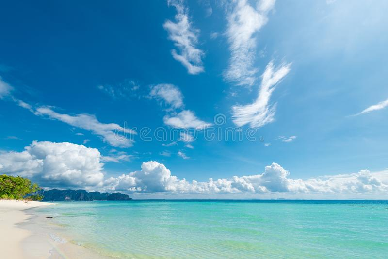 rent klart vatten av det Andaman havet och den mjuka vita sanden arkivbild