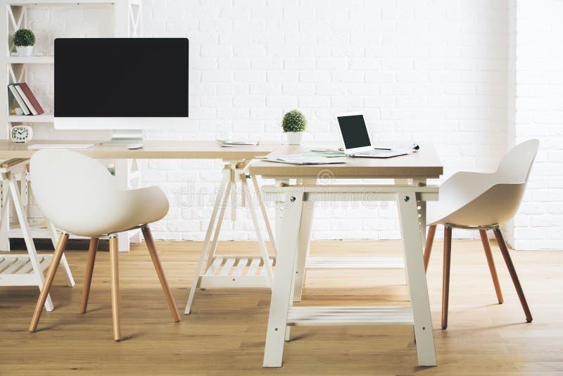 Rent kontor med den tomma PC och bärbara datorn arkivbilder