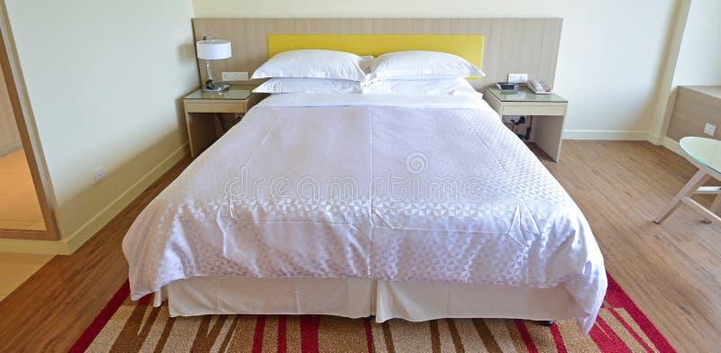 Rent och bekvämt hotellrum arkivfoto