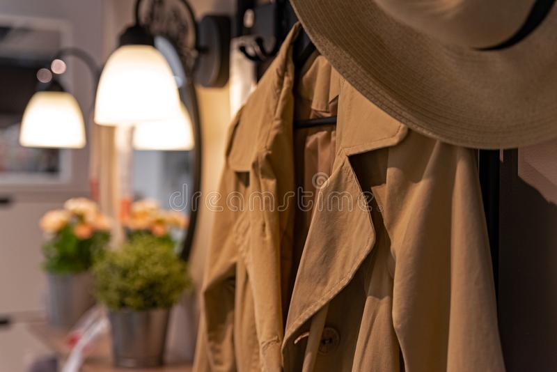 Rent omslag och hatt som hänger i garderob arkivbilder