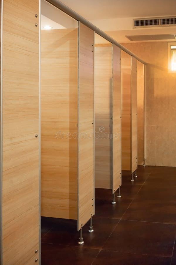 Rent rum för offentlig toalett som är tomt med det stort fönstret och ljus från ou fotografering för bildbyråer