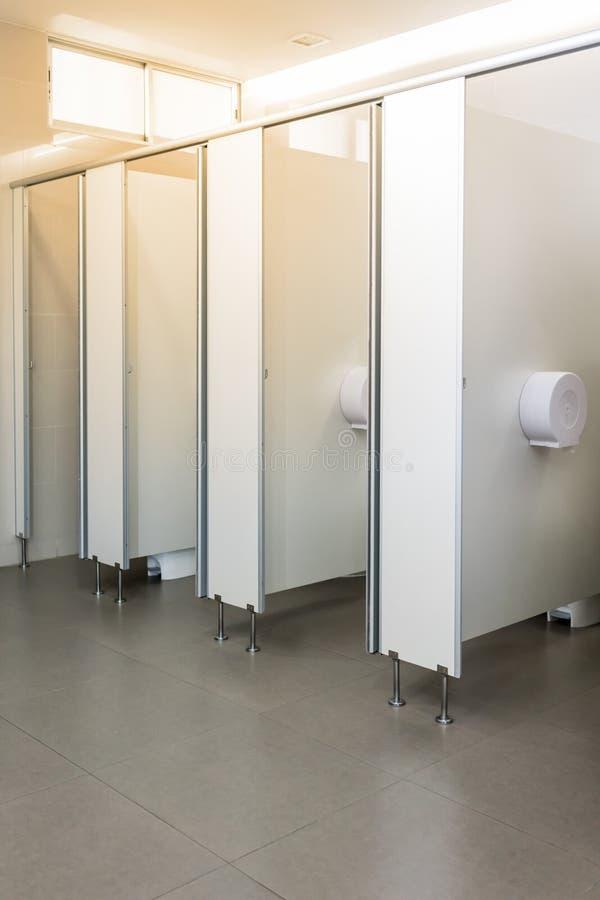 Rent rum för offentlig toalett som är tomt med det stort fönstret och ljus från ou royaltyfria bilder