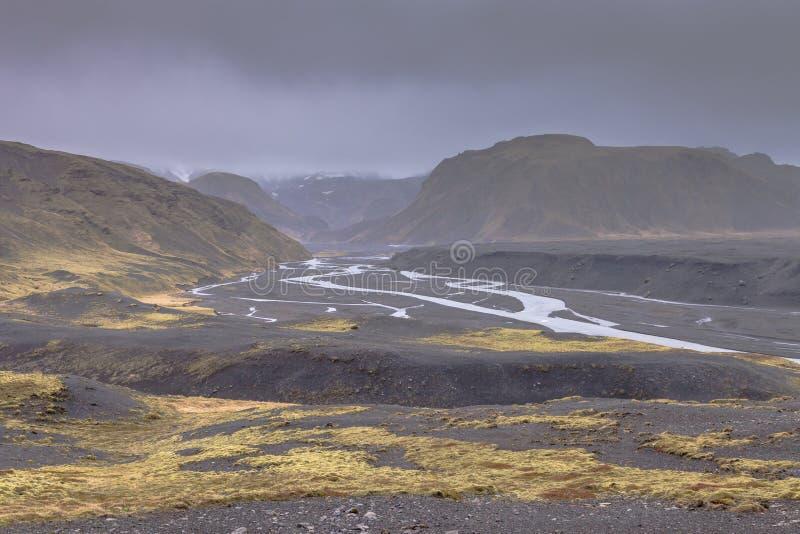 Rent vatten av berömda Island vattenfall på ett stenigt landskap för stenigt berg royaltyfria foton