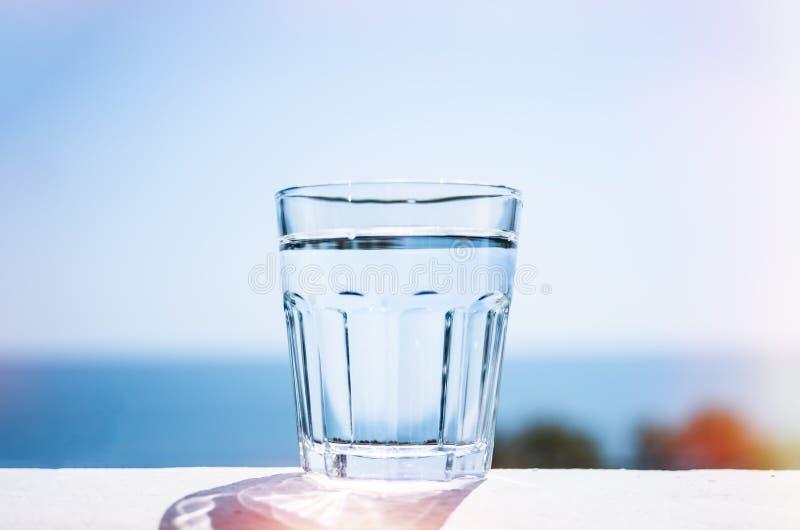 Rent vatten i ett exponeringsglas Marin- bakgrund Begreppet av en sund livsstil royaltyfria bilder