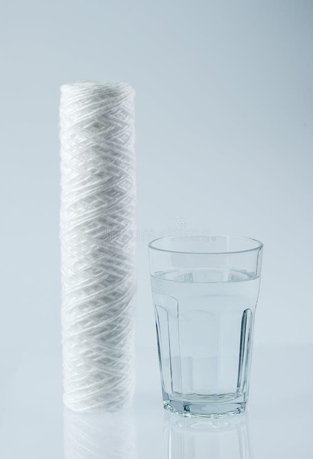 Rent vatten i exponeringsglas- och vattenfilter Vatten och vattenfilter royaltyfri foto