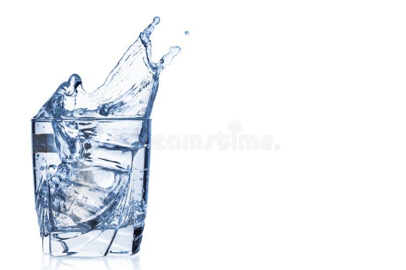Rent vatten som plaskar ut ur exponeringsglas på vit bakgrund fotografering för bildbyråer