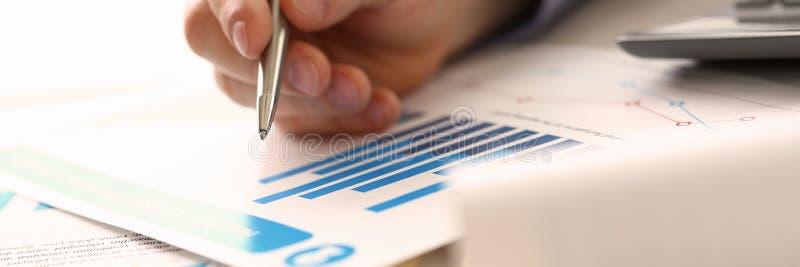 Renta de Controlling Prices Accounting del hombre de negocios fotos de archivo libres de regalías