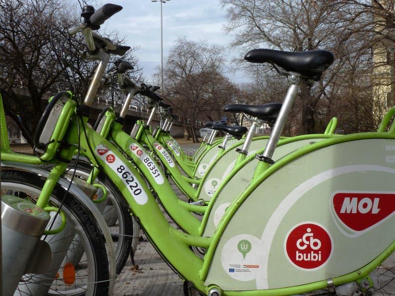 Rentable groene die stad bucycles door mol in verminderend perspectief in Boedapest, Hongarije wordt aangeboden royalty-vrije stock afbeelding