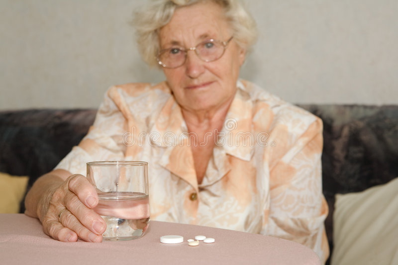 Rentner mit Tabletten lizenzfreies stockbild