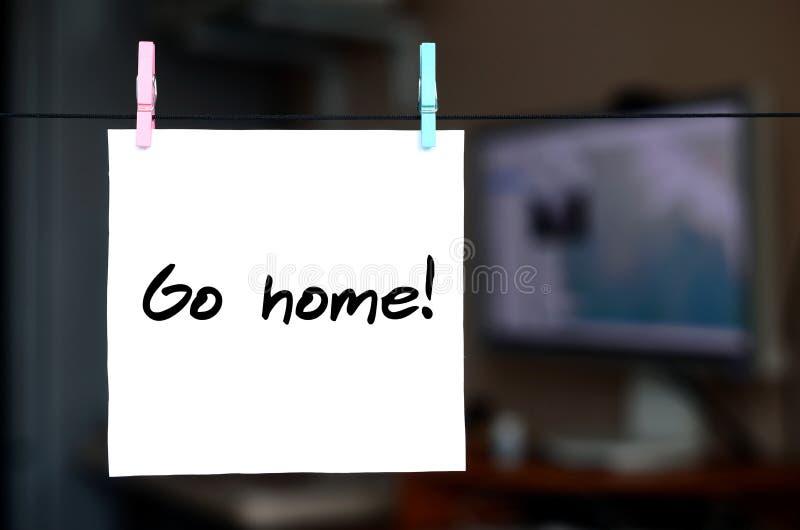 Rentrez à la maison ! La note est écrite sur un autocollant blanc qui accroche avec du Cl photographie stock