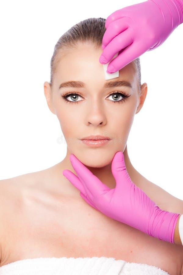 Rentvå ansikts- behandling för skincarebrunnsortskönhet arkivbild