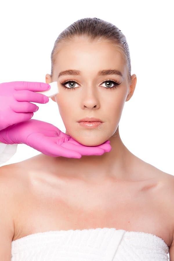 Rentvå ansikts- behandling för skincarebrunnsortskönhet royaltyfria foton