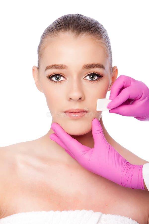 Rentvå ansikts- behandling för skincarebrunnsortskönhet arkivbilder