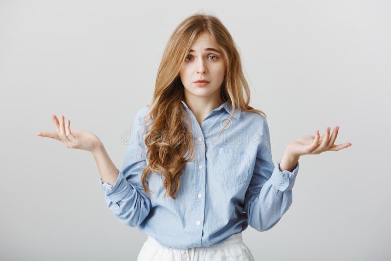 Renversement avec le manque de choix Portrait des paumes de propagation de modèle femelle caucasien malheureux sombre et des sour photos stock