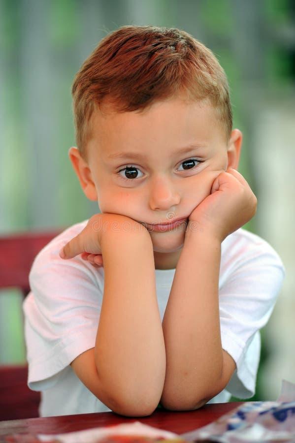 Renversement de petit garçon photographie stock libre de droits