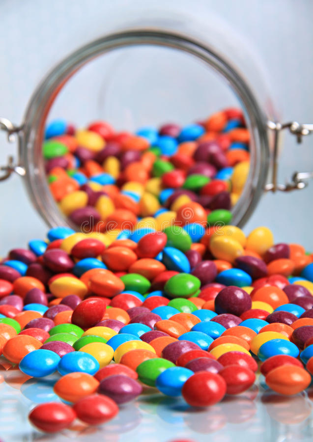 Renversement des bonbons à arc-en-ciel photo stock