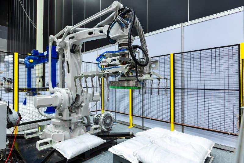 Renvoyez la pince sur le bras de robot industriel dans la chaîne de production manufact photos libres de droits