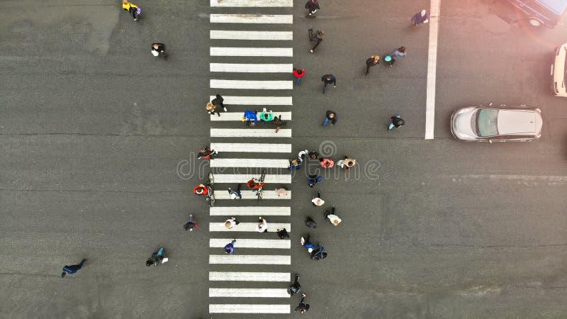 a?reo La gente aprieta en paso de peatones peatonal Paso de cebra, visi?n superior foto de archivo