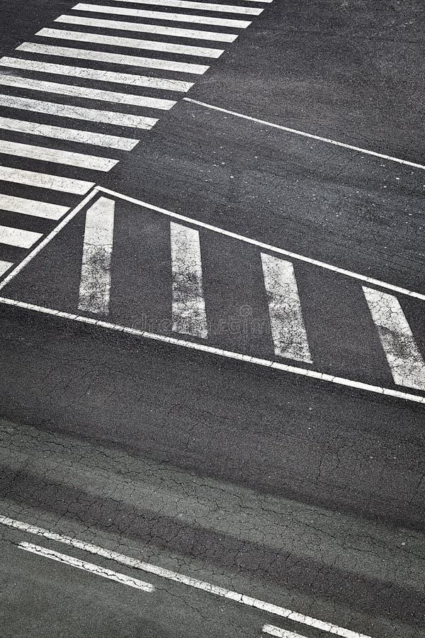 Repères de route dans la piste d'aéroport photo libre de droits