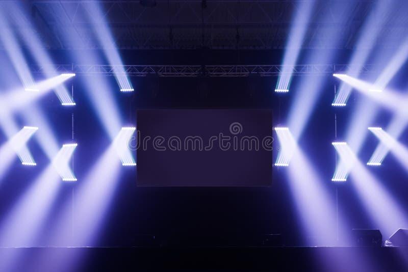 Repérez l'étape de lumières avec l'écran vide au milieu photographie stock