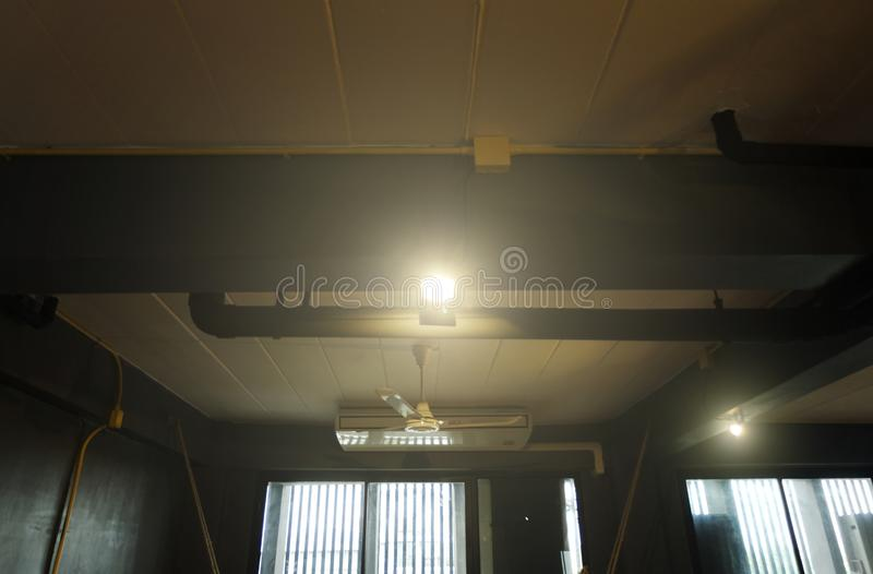 Repérez l'allumage au-dessus du fond foncé, équipement d'illumination d'étape photo stock