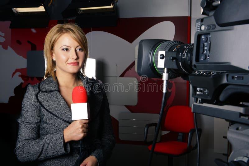 Repórter com sorriso de travagem da notícia