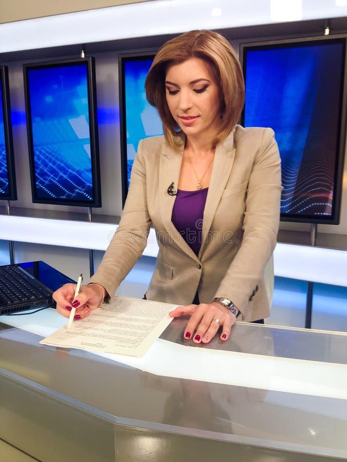 Repórter da tevê na mesa da notícia imagens de stock