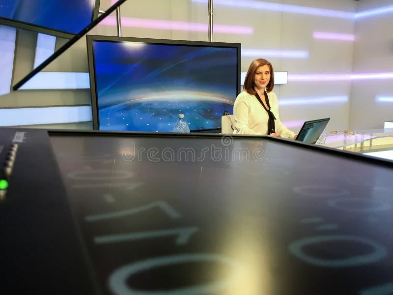 Repórter da tevê na mesa da notícia fotografia de stock royalty free